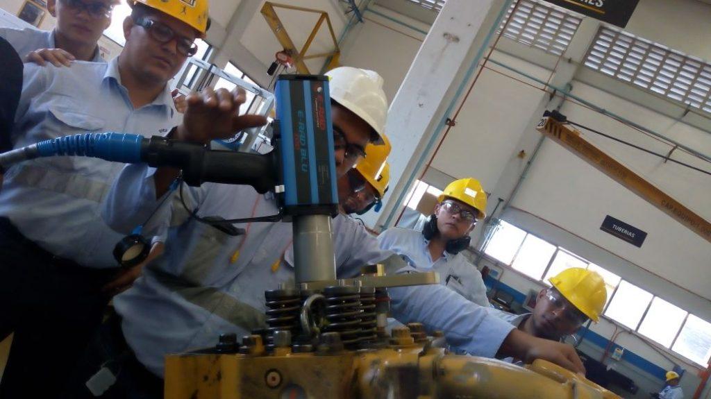 Operario usando y enseñando el uso correcto de la llave de torque E-RAD