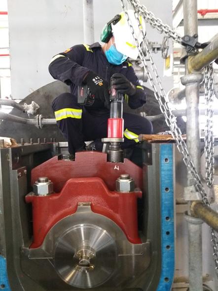 Operario accionando la llave de torque B-RAD BL SELECT