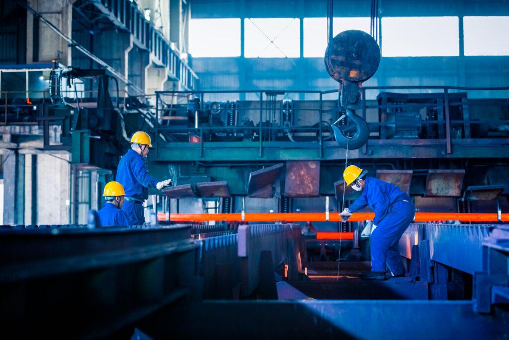 Operadores de industria manufacturera usando llaves de torque RAD